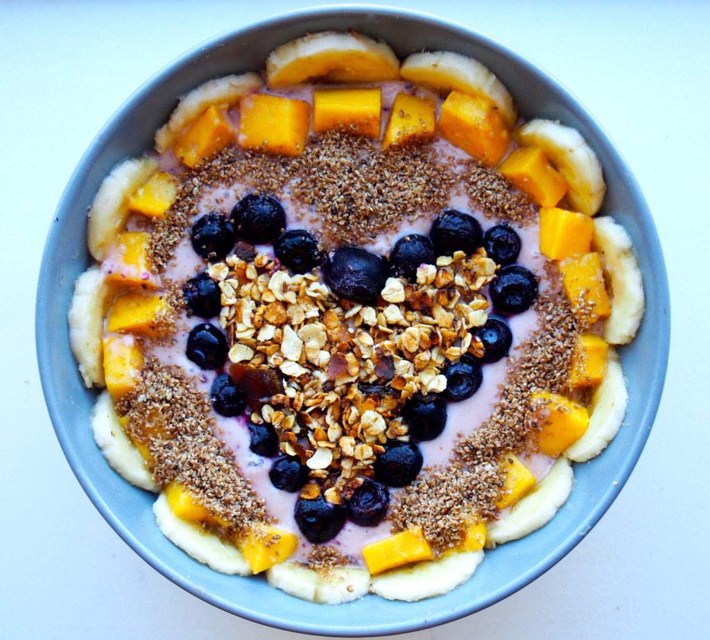 granola smoothie bowl